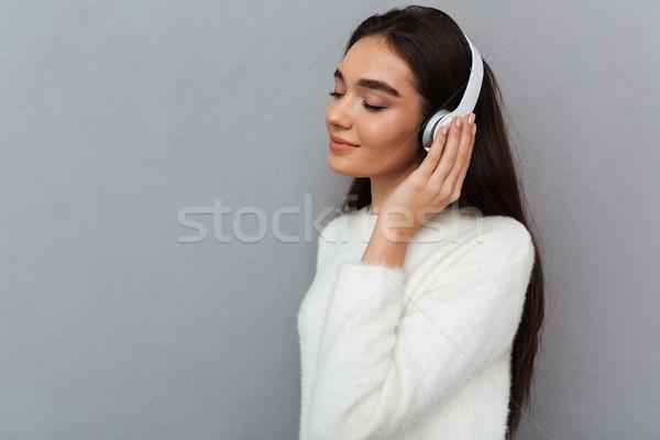 Widok z boku beztroski uśmiechnięty brunetka kobieta sweter Zdjęcia stock © deandrobot