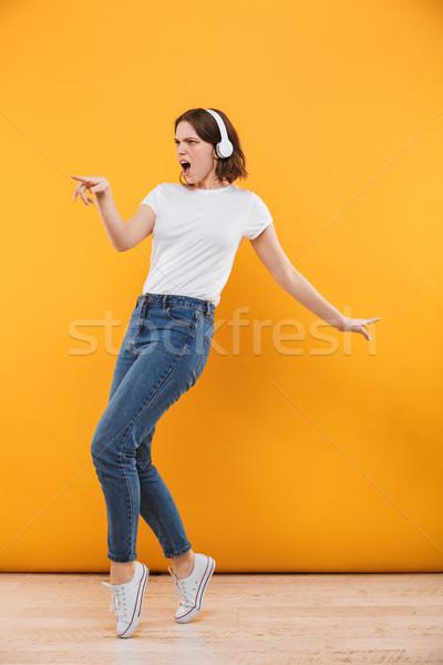 Stock fotó: Teljes · alakos · portré · derűs · fiatal · nő · pulóver · zenét · hallgat