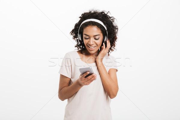 Jóvenes americano mujer rizado peinado escuchar música Foto stock © deandrobot