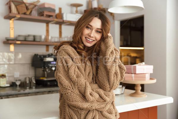 Zadowolony brunetka kobieta patrząc kamery uśmiechnięty Zdjęcia stock © deandrobot