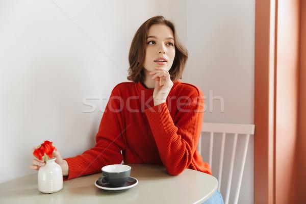 Fotografia piękna kobieta 20s pomarańczowy sweter Zdjęcia stock © deandrobot