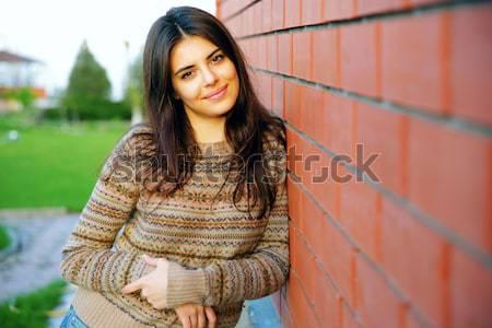 Сток-фото: смеясь · женщину · кирпичная · стена · девушки · город