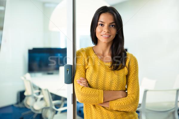 Femme d'affaires permanent bras pliées portrait heureux Photo stock © deandrobot