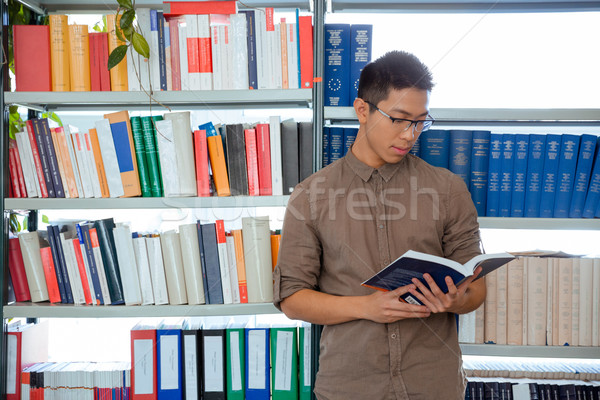 Stock foto: Mann · Lesung · Buch · Universität · Bibliothek · Porträt