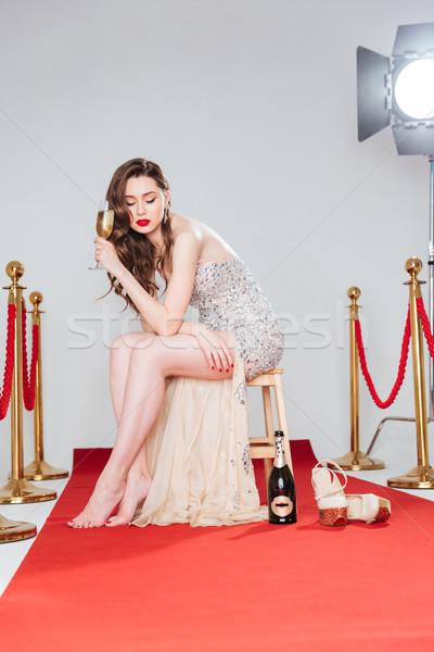 Nő tart üveg pezsgő vörös szőnyeg gyönyörű nő Stock fotó © deandrobot
