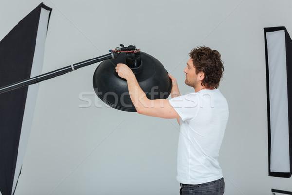Homme matériel d'éclairage Homme photographe studio travaux Photo stock © deandrobot