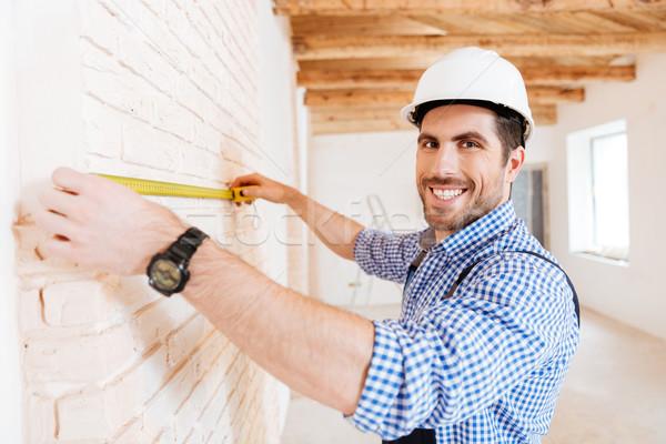 Travailleur de la construction mètre à ruban construction travaux travailleur Photo stock © deandrobot