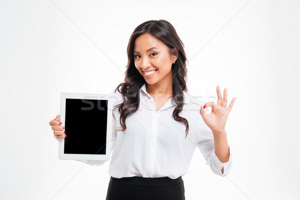 Asya işkadını tablet ekran Stok fotoğraf © deandrobot