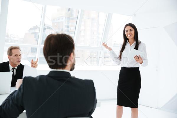 Mowy kobieta konferencji pokładzie posiedzenia komputera Zdjęcia stock © deandrobot