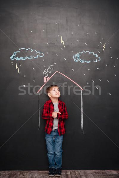Stockfoto: Cute · kid · permanente · huis · schoolbord · tekeningen
