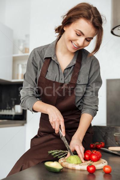 Donna piedi cucina taglio avocado foto Foto d'archivio © deandrobot