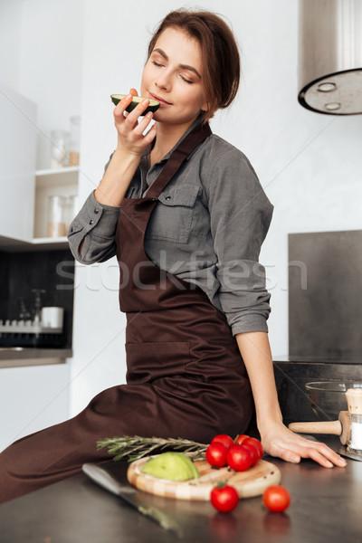 Hölgy konyha főzés paradicsomok avokádó kép Stock fotó © deandrobot