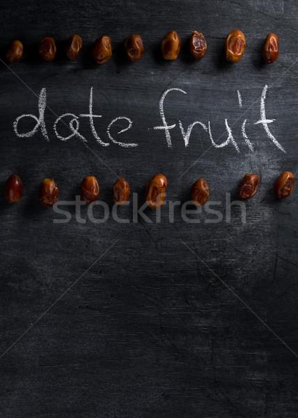 Data fruto escuro quadro-negro topo ver Foto stock © deandrobot