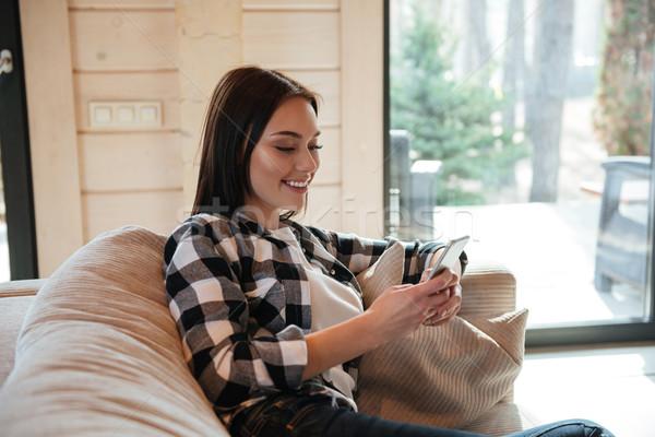 Stock fotó: Nő · kanapé · telefon · derűs · fiatal · nő · ül