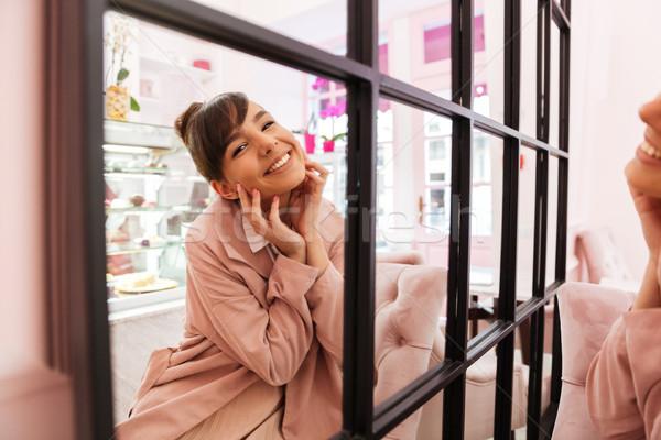 Fericit drăguţ fată uita oglindă zâmbitor Imagine de stoc © deandrobot