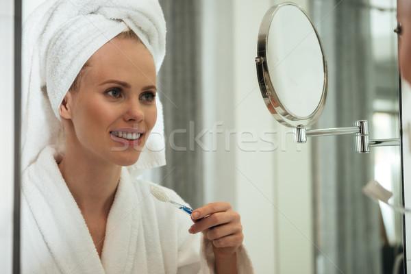 Сток-фото: зеркало · молодые · полотенце