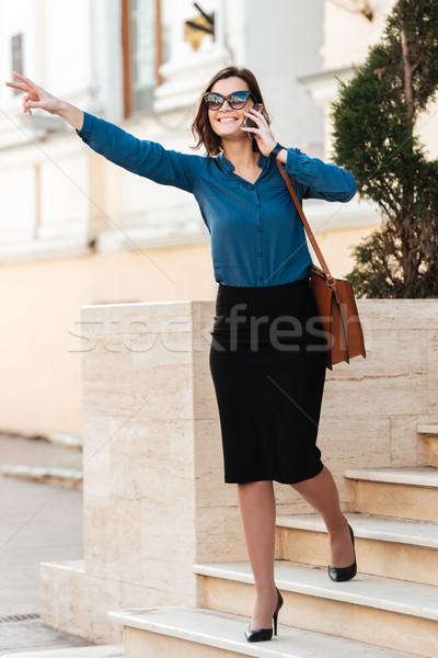 Foto stock: Retrato · sorridente · mulher · jovem · óculos · de · sol · falante