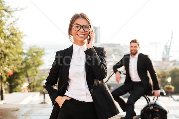 気楽な ビジネス女性 ポーズ 屋外 話し スマートフォン ストックフォト © deandrobot