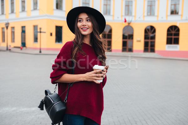Sorridere bruna donna Hat maglione piedi Foto d'archivio © deandrobot