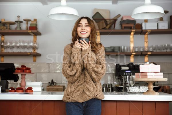 Foto gelukkig vrouw trui permanente buffet Stockfoto © deandrobot