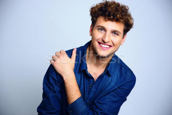 Porträt glücklich junger Mann lockiges Haar Hand Hintergrund Stock foto © deandrobot