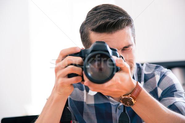 Hombre disparo foto cámara casual manos Foto stock © deandrobot