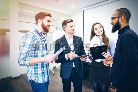 Cabeça departamento falante escritório em pé Foto stock © deandrobot