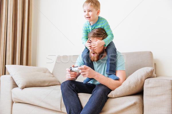 Weinig jongen vader ogen spelen computer Stockfoto © deandrobot