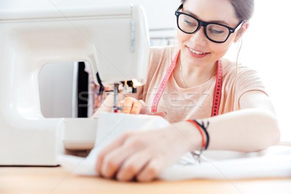 Mujer sonriente la máquina de coser taller sonriendo bastante Foto stock © deandrobot
