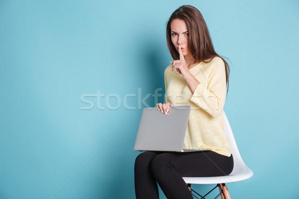 Ciddi güzel kadın sessizlik jest dizüstü bilgisayar kullanıyorsanız Stok fotoğraf © deandrobot