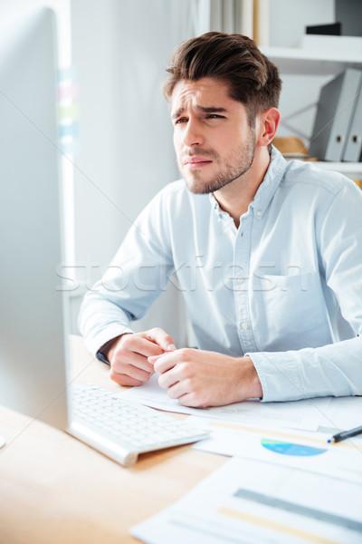 Geconcentreerde jonge zakenman werken computer kantoor Stockfoto © deandrobot
