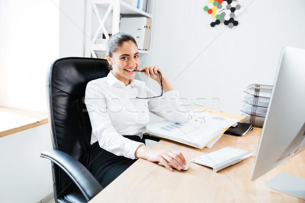 Feliz mujer de negocios sesión lugar de trabajo Foto stock © deandrobot