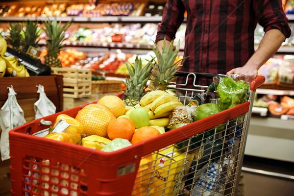 4525d425d2 Homem · carrinho · de · compras · escolher · frutas · supermercado ...