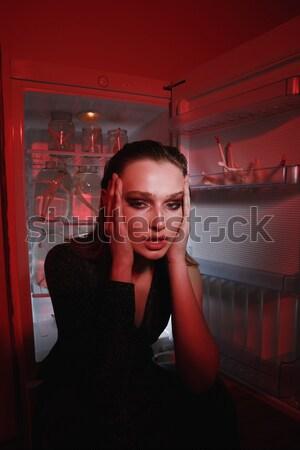 Widok z boku tajemnicy kobieta lodówka sukienka stałego Zdjęcia stock © deandrobot