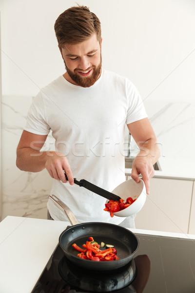Vertikalen Bild glücklich bärtigen Mann Kochen Stock foto © deandrobot