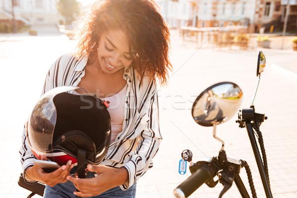 Gelukkig afrikaanse vrouw vergadering moderne motor Stockfoto © deandrobot