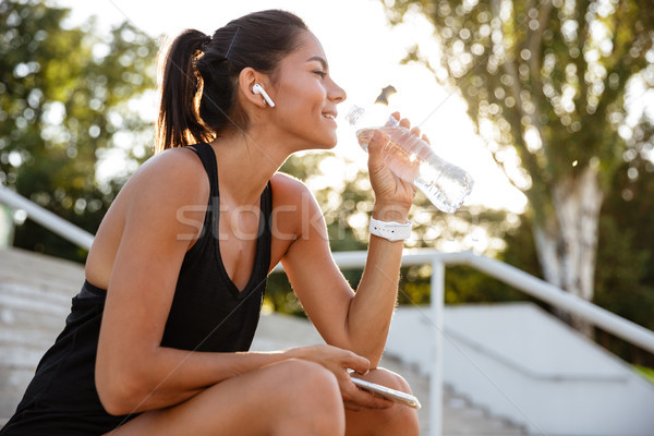портрет улыбаясь фитнес девушки сидят Сток-фото © deandrobot