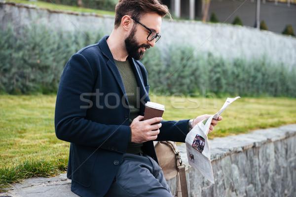 Stok fotoğraf: Yakışıklı · genç · sakallı · adam · oturma · açık · havada