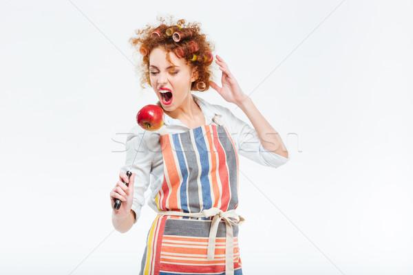 смешные женщину есть яблоко ножом фартук Сток-фото © deandrobot
