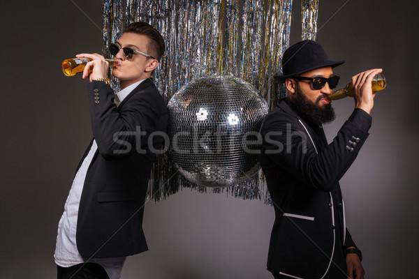 Dwa mężczyzn stałego disco ball pitnej piwa Zdjęcia stock © deandrobot