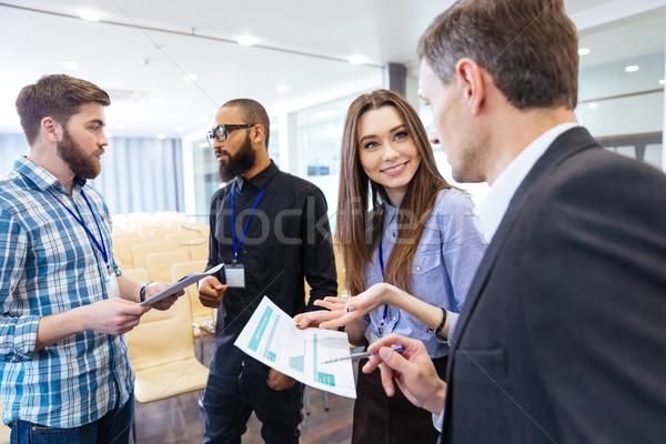 Stock fotó: üzletemberek · megbeszél · pénzügyi · beszámoló · új · projekt · csoport