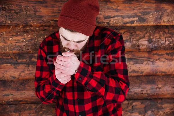 Jonge man roken houten man achtergrond mannelijke Stockfoto © deandrobot