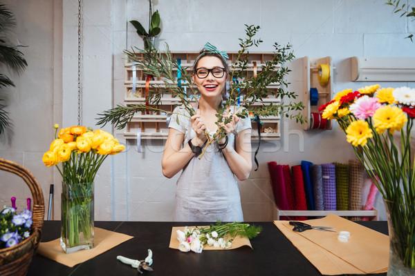 Wesoły zabawny kobieta kwiaciarz bukiet Zdjęcia stock © deandrobot