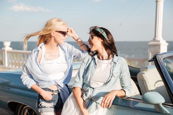Dos feliz mujeres pie hablar cabriolé Foto stock © deandrobot