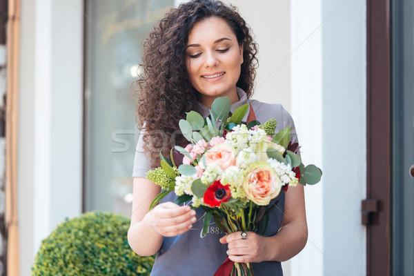 Femme fleuriste permanent magasin souriant Photo stock © deandrobot