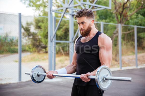 Jeunes fitness homme barbell barbu extérieur Photo stock © deandrobot