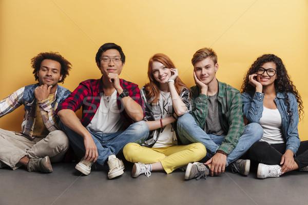 Groep gelukkig jongeren vergadering glimlachend Stockfoto © deandrobot
