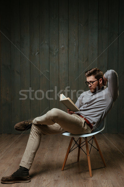 Pensieroso barbuto uomo lettura libro seduta Foto d'archivio © deandrobot