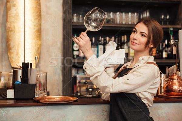 Genç kadın ayakta kafe silme cam Stok fotoğraf © deandrobot
