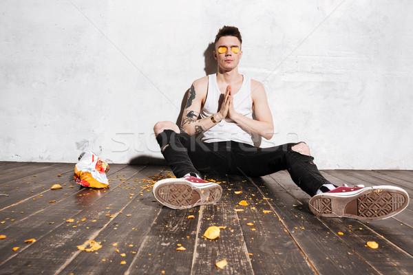 Férfi viccelődés szórakozás burgonyaszirom ül fehér Stock fotó © deandrobot